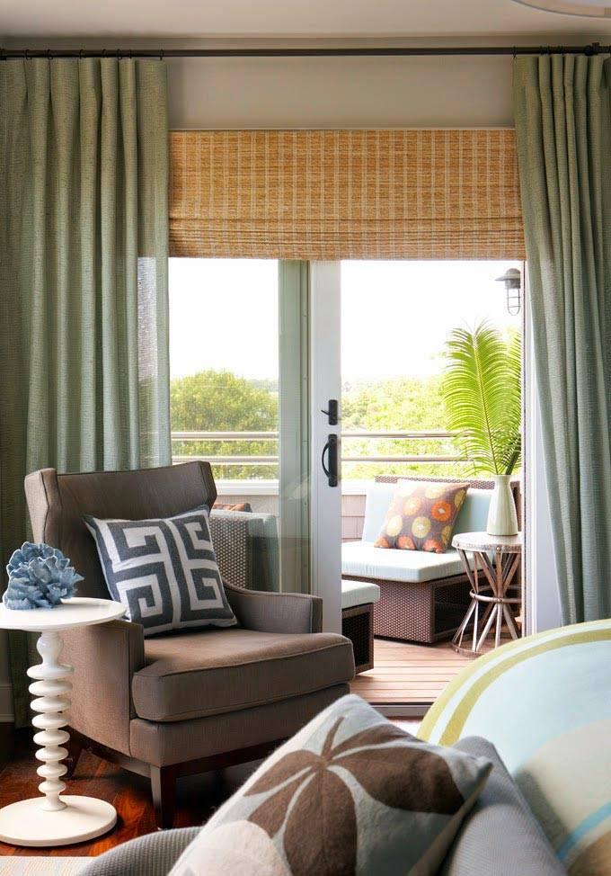 белый кофейный столик, коричневое кресло, зеленые шторы