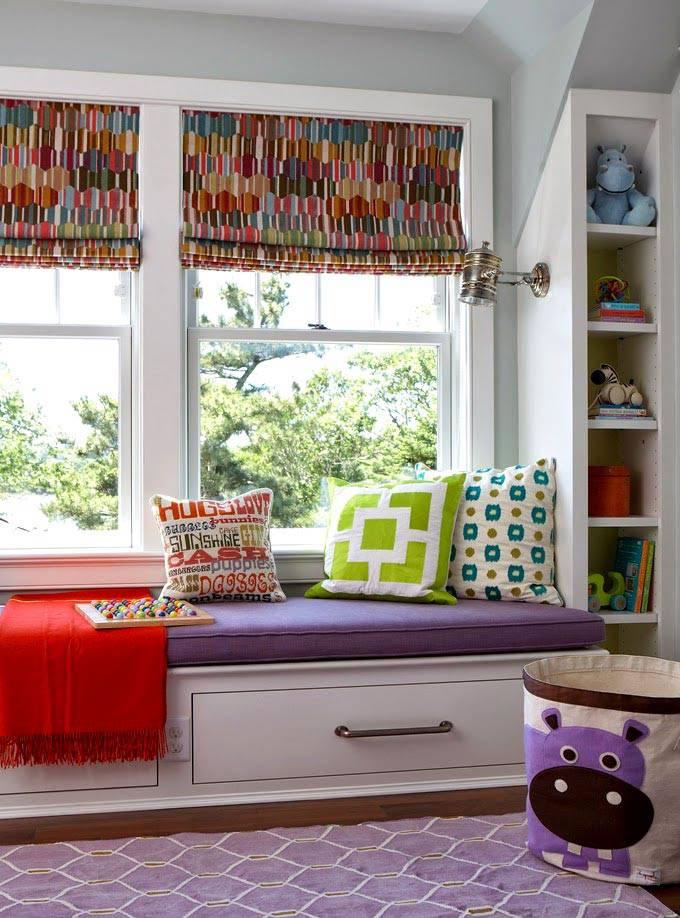 низкий подоконник с матрасом и подушками в детской комнате