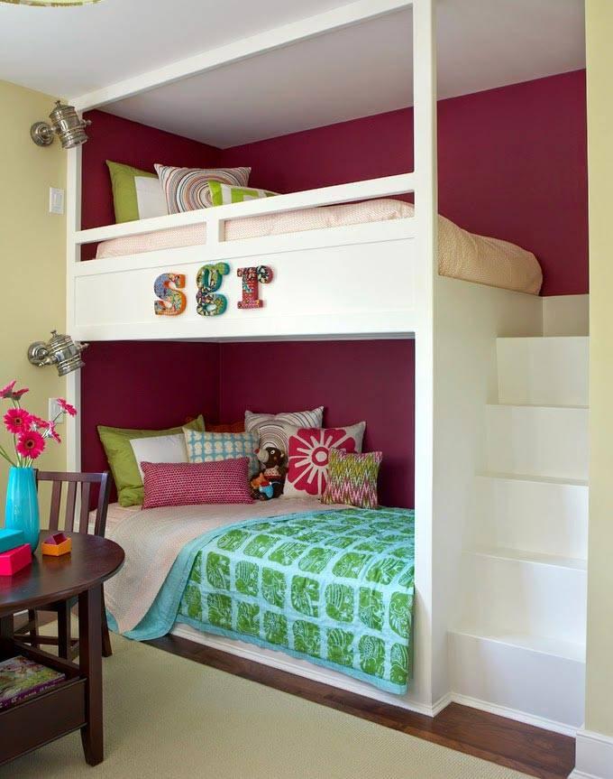 детская с белой двухярусной кроватью и малиновыми стенами