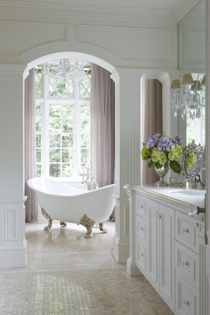 Великолепный дизайн ванной комнаты с окном и шторами