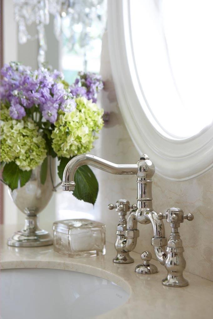 роскошные краны и смесители в дорогой ванной комнате