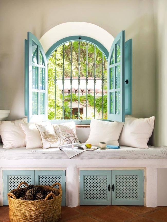 бирюзовые ставни на окне, мягкая подоконная скамья в доме