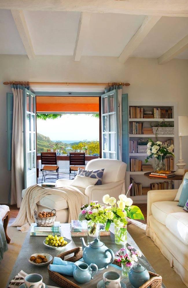 уютная гостиная заствлена мебелью и приятными милыми деталями