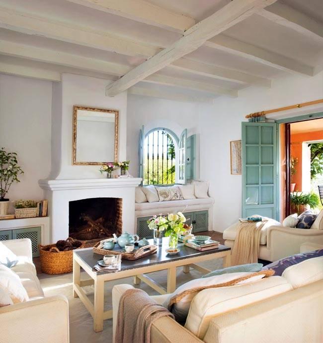 белый портал камина, мягкий подоконник возле окна, бирюзовые ставни