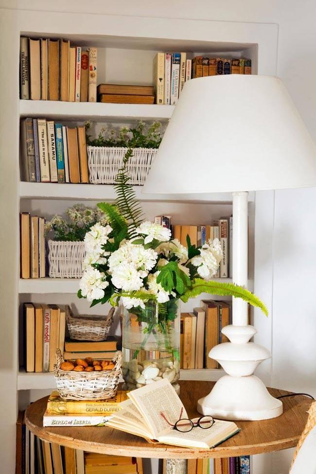 ниша с полками для книг, плетёных корзин и цветов
