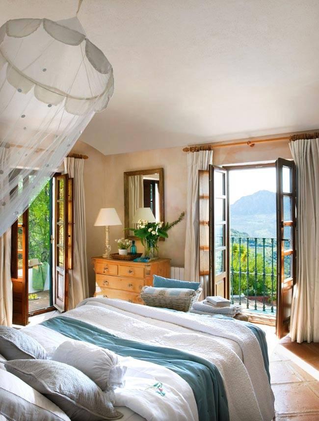 спальня с двумя выходами на балкон и террасу фото