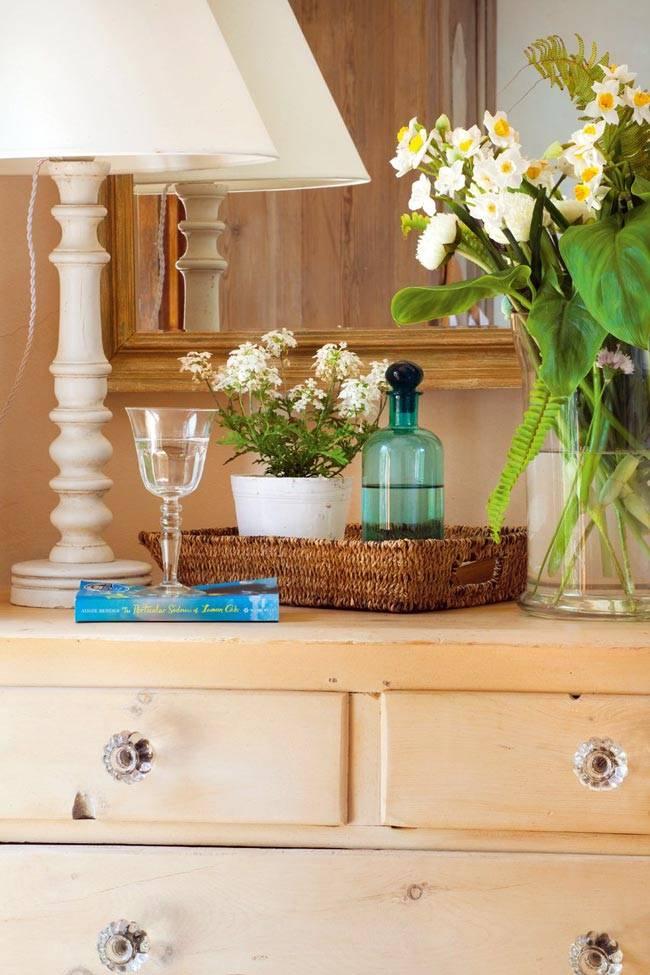 Колоритный декор испанского интерьера с состаренной мебелью