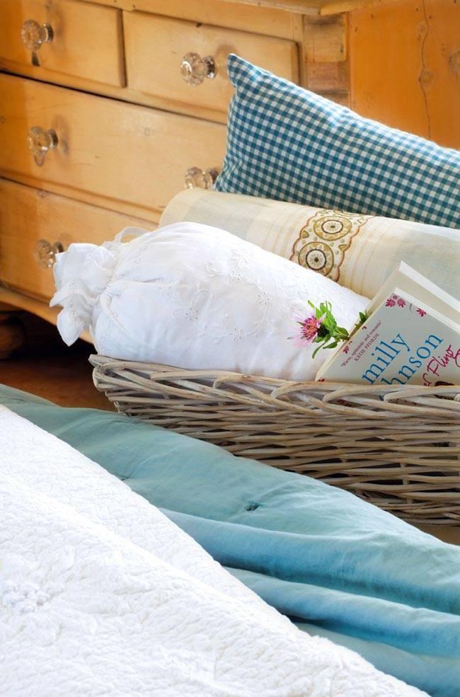 Декоративные подушки в плетеной корзине фото