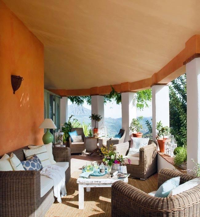 Просторная терраса в загородном доме в Испании