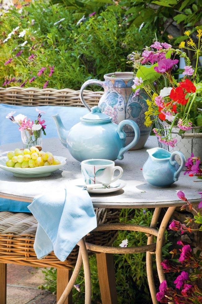 красивое оформление стола для чаепития во дворе Испанского дома