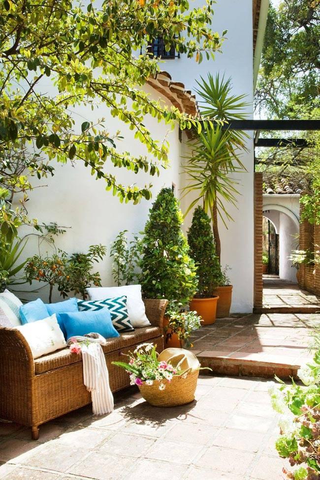 Чудесный дом солнечной Испании с плетеной мебелью и зелёным двором