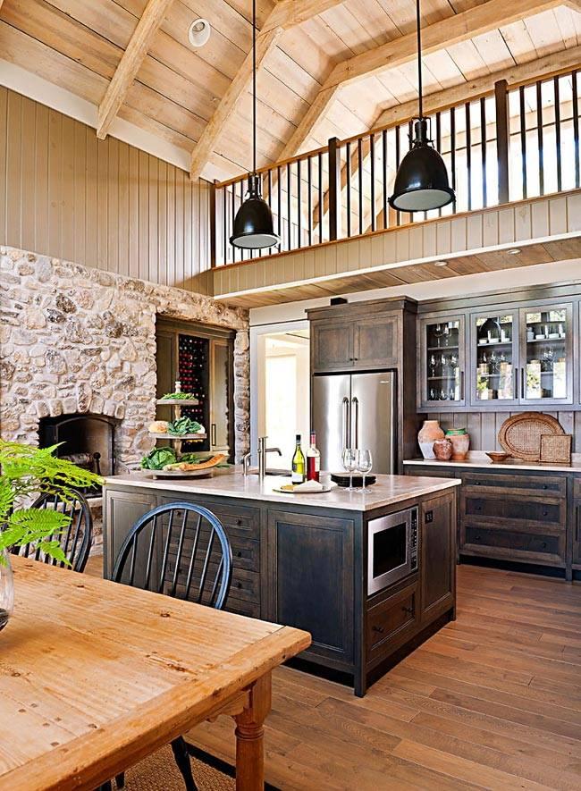 Красивый деревянный интерьер дома у озера