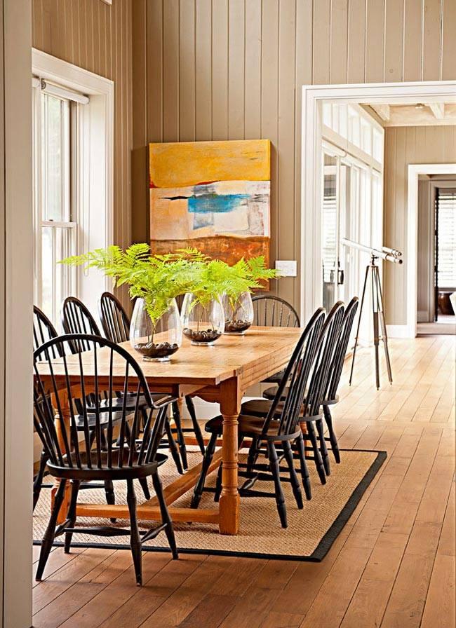 обеденный стол из светлого дерева, черные деревянные стулья