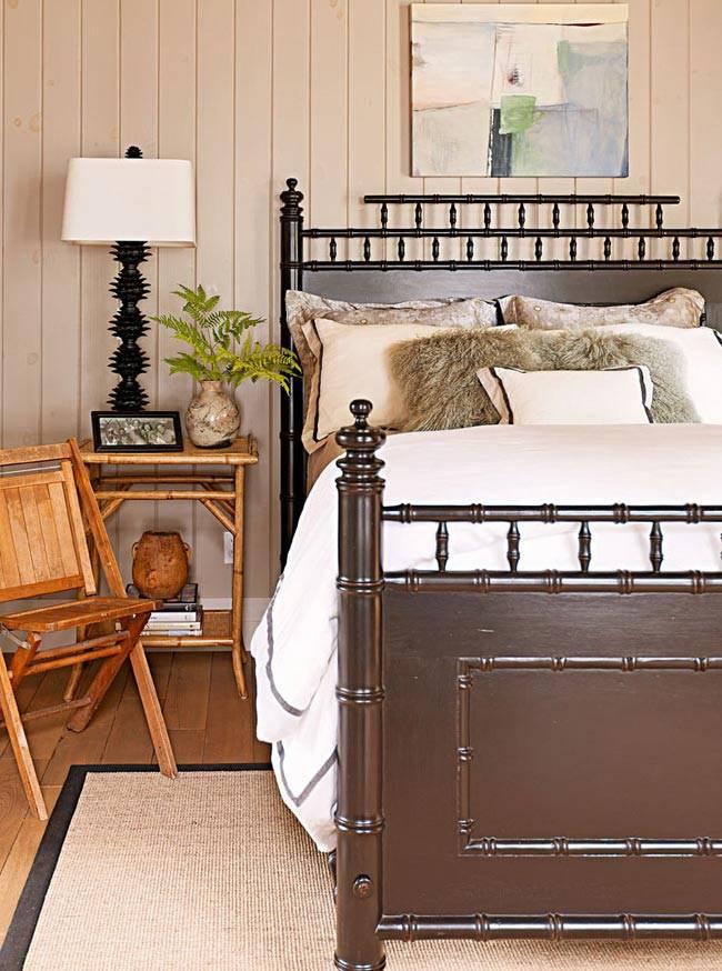 добротная деревянная кровать коричневого цвета, бамбуковый прикроватный столик