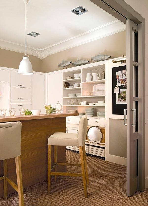 Красивая кухня в пастельных тонах, совмещенная со столовой зоной фото