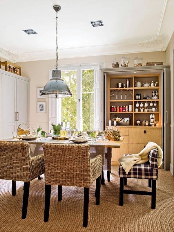 плетеные стулья за обеденным столом в интерьере кухни