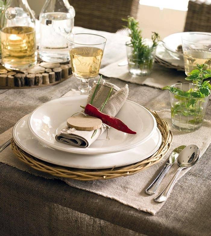 сервировка стола из натуральных материалов в интерьере кухни фото