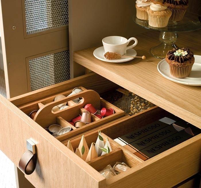 деревянные коробки в деревянном ящике на кухне для хранения чая фото