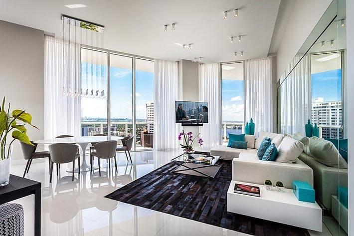 большая гостиная комната с панорамными окнами фото