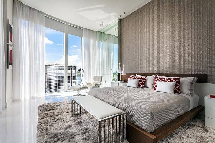 панорамные окна и пушистый ковер в стильной спальне