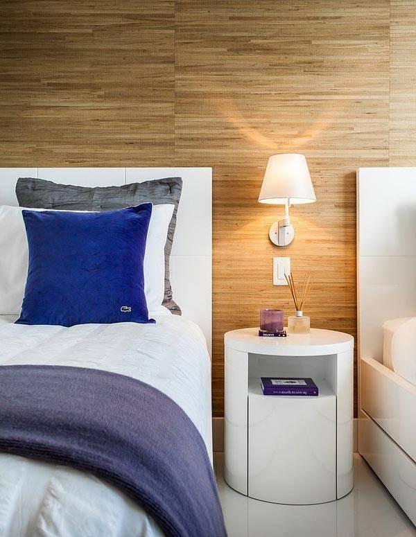 стены в спальне обшиты деревянными панелями фото