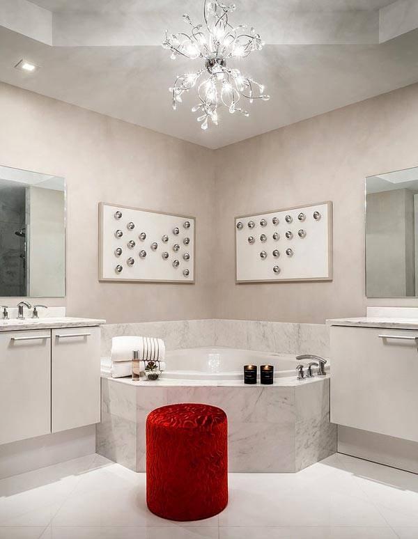 ярко-красный пуф в спокойной бежевой ванной комнате