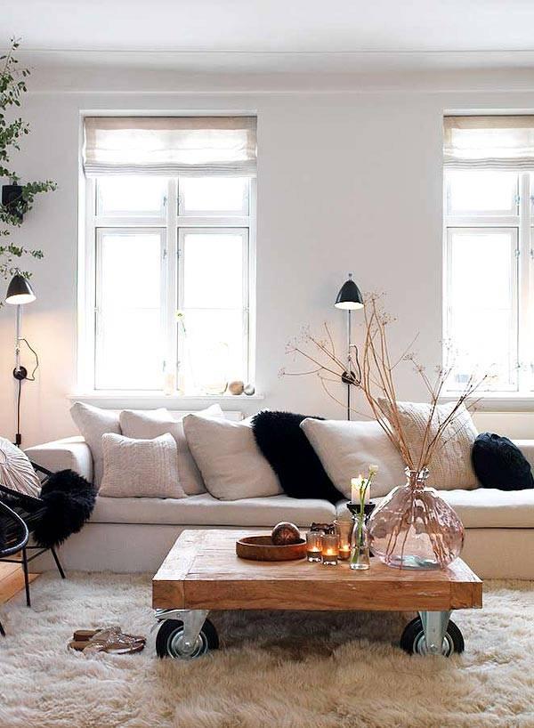 кофейный столик в интерьере гостиной в скандинавском стиле