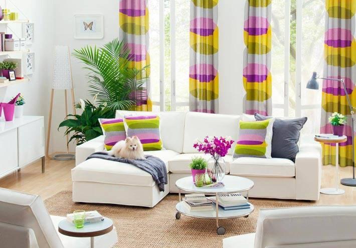 белый угловой диван и круглый белый столик в гостиной комнате