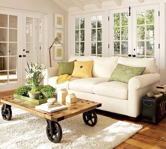 крутой стол на колесах возле дивана в комнате фото