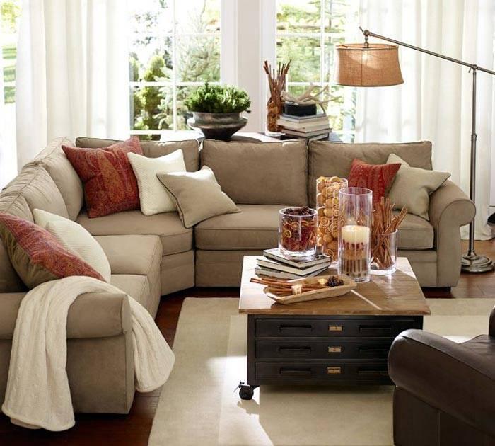 уютная гостиная с мягким угловым диваном серого цвета и торшером
