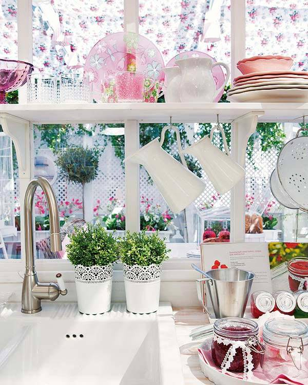 белая посуда и занавески в цветочек на кухне фото