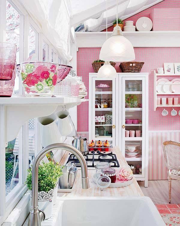 розовые обои, белая мебель, стеклянный потолок в летнем коттедже
