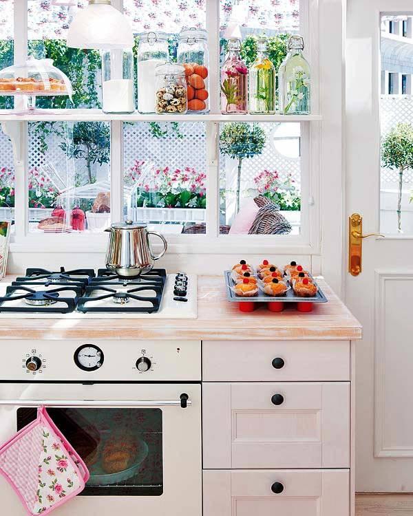 уютный интерьер кухни с милыми занавесками, открытыми полками