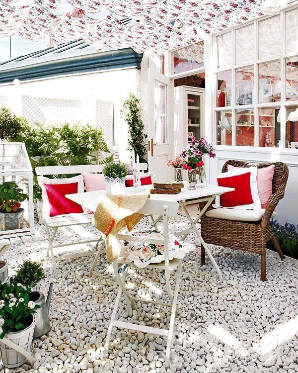 обустройство террасы с плетеными креслами небольшого коттеджа