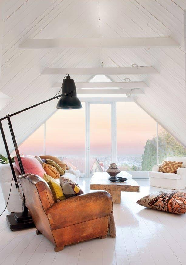 белый интерьер коматы на мансарде с большим окном