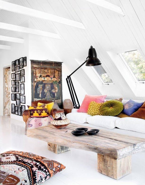 разноцветные декоративные подушки на белом диване