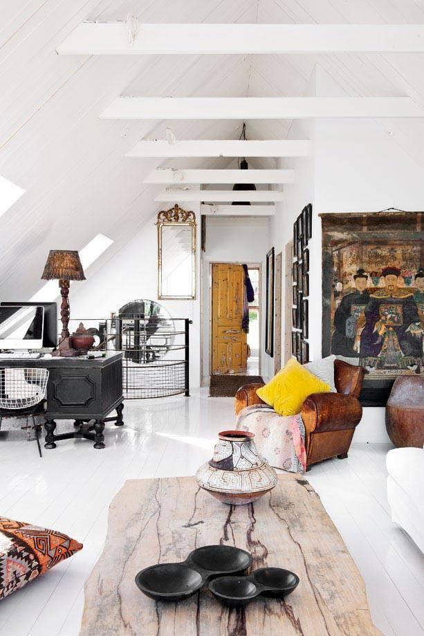 комната на чердаке с состарренной мебелью