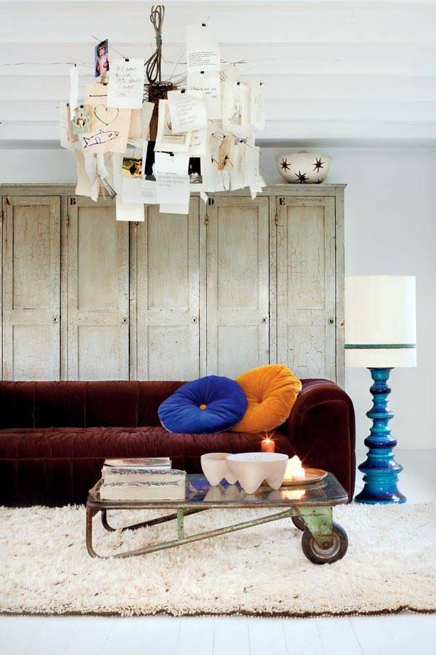 стеклянный журнальный стол на колесах с красным бархатным диваном