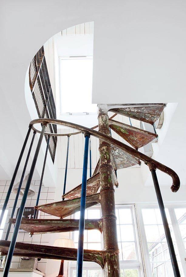 старинная винтовая лестница с железными ступенями в доме