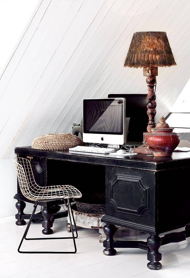 Удобное рабочее место за красивым винтажным столом