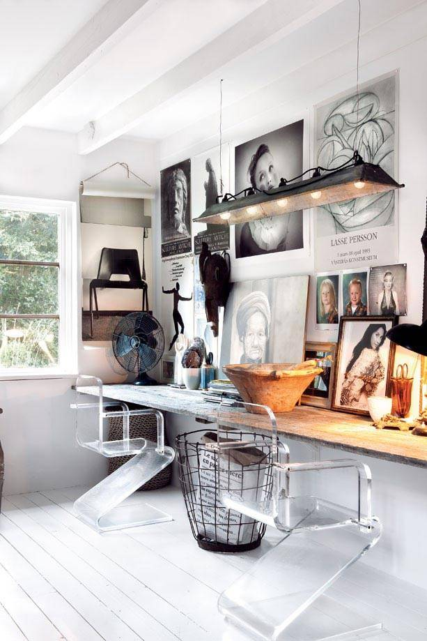 мастерская с деревянным столом для двоих и пластиковыми стульями