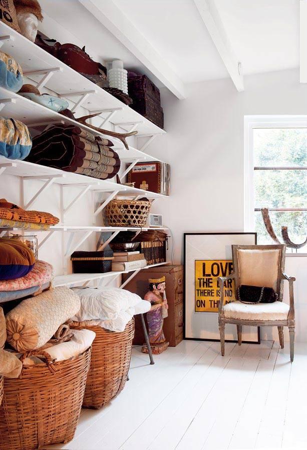 открытые полки и плетеные корзины в подсобном помещении