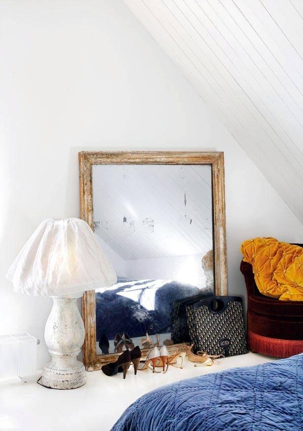 Зеркало в состаренной раме в винтажном интерьере