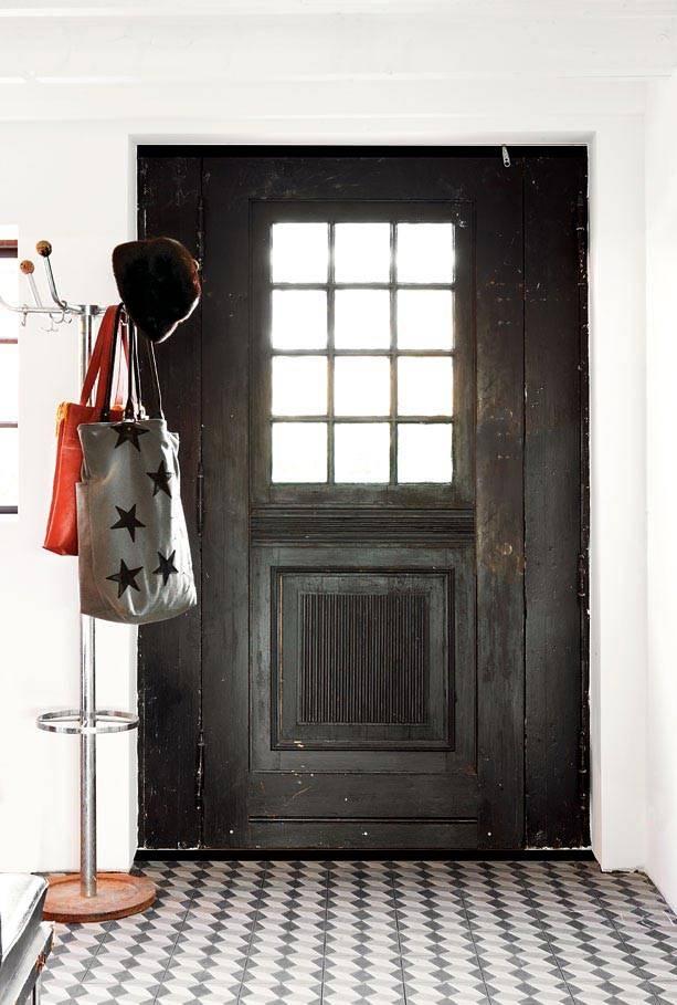 ретро двери - вход в таунхаус в Швеции