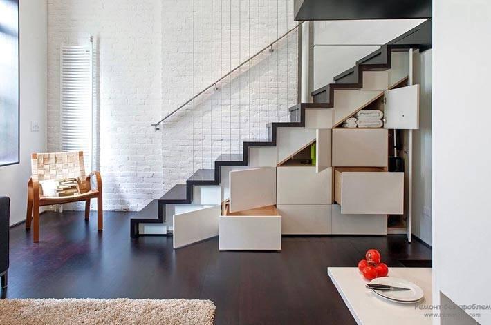 полки и ящики под лестницей фото