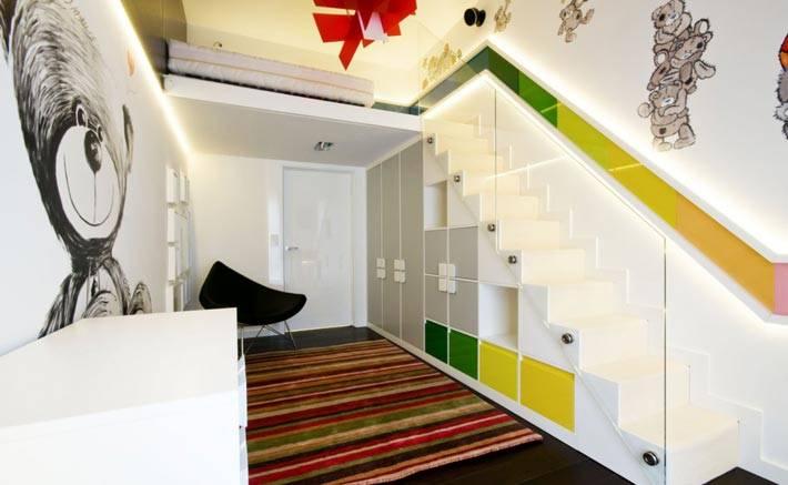Удобный большой шкаф под лестницей фото
