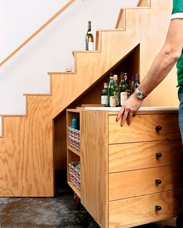 Выдвижной столик, расположенный под лестничными ступенями