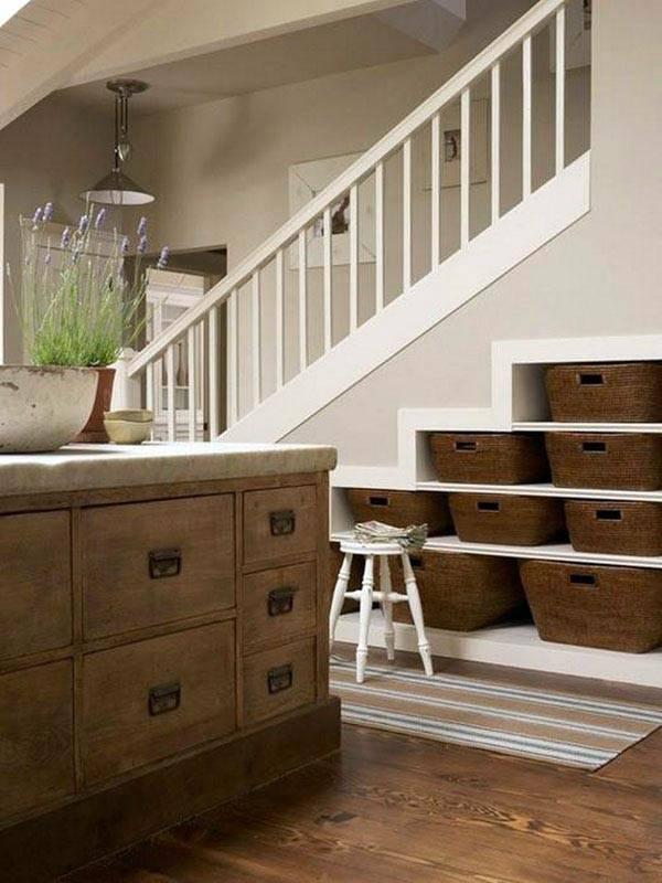 Плетеные корзины для дополнительного хранения под лестницей