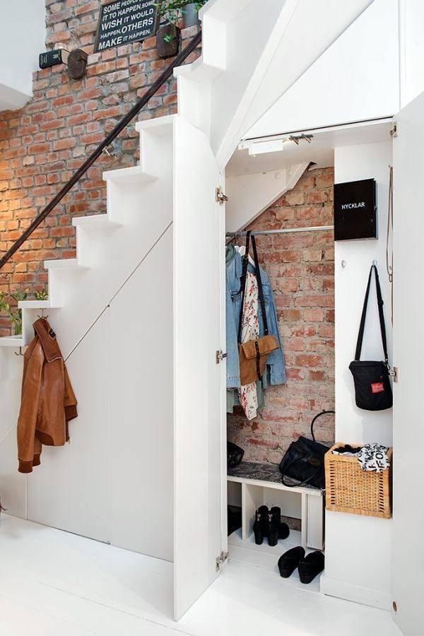 Шкаф прихожей, расположен под лестничными ступенями