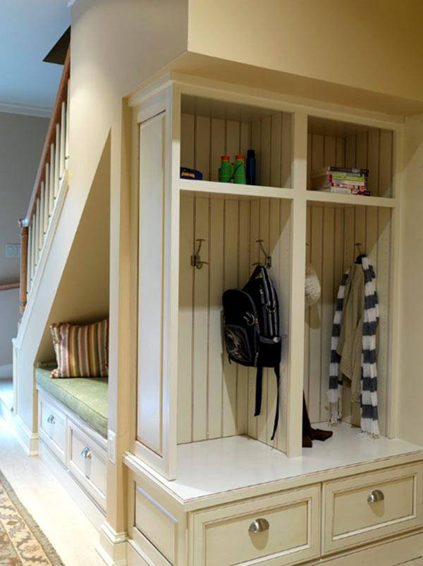 функциональное хранение под лестницей